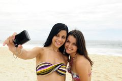 Muchachas que toman la foto con el teléfono celular Foto de archivo libre de regalías