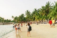 Muchachas que toman las fotos en la playa de Siloso en el centro turístico isleño de Sentosa Imágenes de archivo libres de regalías