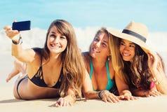 Muchachas que toman un Selfie en la playa Imagenes de archivo