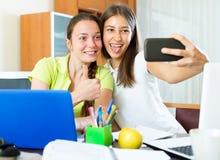Muchachas que toman una foto del selfie Foto de archivo