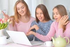 Muchachas que usan el ordenador portátil moderno Fotos de archivo libres de regalías