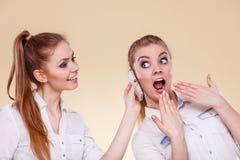 Muchachas que usan hablar del teléfono móvil Foto de archivo libre de regalías