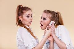 Muchachas que usan hablar del teléfono móvil Imagen de archivo libre de regalías