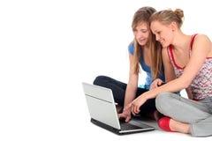 Muchachas que usan la computadora portátil Imagenes de archivo