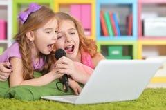 Muchachas que usan la computadora portátil Fotografía de archivo