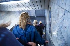 Muchachas que van abajo de la escalera móvil Fotografía de archivo