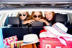 Muchachas que van el vacaciones Imagen de archivo libre de regalías