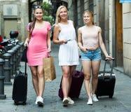 Muchachas que viajan que caminan con equipaje Fotos de archivo libres de regalías