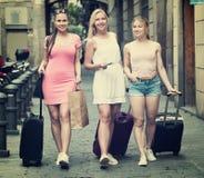 Muchachas que viajan que caminan con equipaje Imagen de archivo