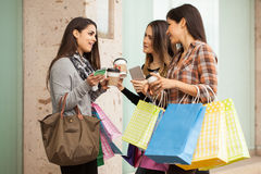 Muchachas ricas que cuelgan hacia fuera en una alameda de compras Imagen de archivo libre de regalías