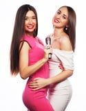 Muchachas sensuales que cantan con el micrófono Imagen de archivo