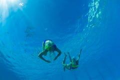 Muchachas sincronizadas bajo el agua Fotografía de archivo libre de regalías