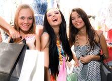 Muchachas sonrientes con los bolsos Foto de archivo libre de regalías