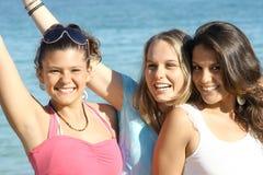 Muchachas sonrientes felices de las vacaciones Imagenes de archivo