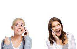Muchachas sonrientes que hablan en el teléfono Imagen de archivo libre de regalías