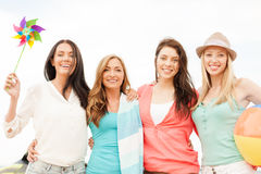 Muchachas sonrientes que se divierten en la playa Imagen de archivo