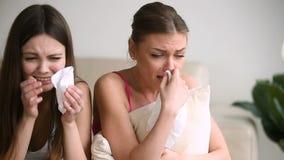 Muchachas tristes jovenes que lloran junto en casa, concepto adolescente de los problemas almacen de metraje de vídeo