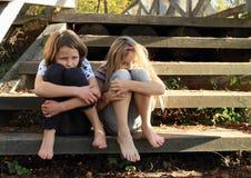 Muchachas tristes que se sientan en las escaleras Imagenes de archivo