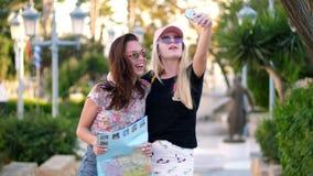 Muchachas turísticas que toman el selfie en ciudad tropical Las mujeres se divierten en viaje del día de fiesta almacen de video