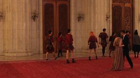 Muchachas vestidas en los trajes romanos almacen de metraje de vídeo