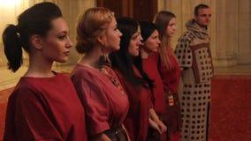 Muchachas vestidas en los trajes romanos metrajes