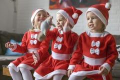 Muchachas, vestidas para Santa Claus imagenes de archivo