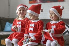 Muchachas, vestidas para Santa Claus imagen de archivo