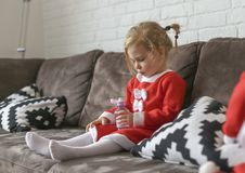 Muchachas, vestidas para Santa Claus foto de archivo libre de regalías