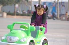 Muchachas y coches del juguete Foto de archivo