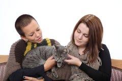 Muchachas y gato Foto de archivo libre de regalías