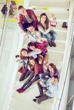 Muchachas y muchachos adolescentes felices en las escaleras escuela o universidad Imagen de archivo