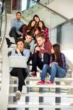 Muchachas y muchachos adolescentes felices en las escaleras escuela o universidad Fotografía de archivo