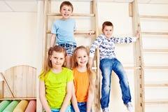 Muchachas y muchachos en gimnasia foto de archivo libre de regalías