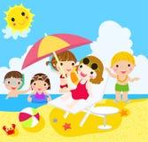 Muchachas y muchachos felices en la playa Imágenes de archivo libres de regalías