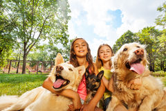 Muchachas y perros Fotos de archivo