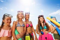 Muchachas y retrato del muchacho en bikini con las máscaras del equipo de submarinismo Foto de archivo libre de regalías