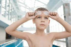 Muchacho útil que sueña con éxito en competencia de la natación fotografía de archivo
