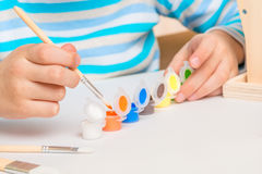 Muchacho 6 años con un cepillo y las pinturas Fotografía de archivo libre de regalías