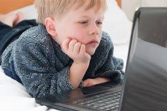 Muchacho aburrido en línea Imagen de archivo
