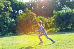 Muchacho adolescente activo que juega a fútbol al aire libre Fotografía de archivo libre de regalías