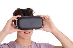 Muchacho adolescente alegre que usa gafas de VR Imagenes de archivo