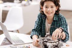 Muchacho adolescente animado que estudia en el estudio de la ciencia Imagenes de archivo
