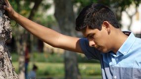 Muchacho adolescente cansado o triste Imagenes de archivo