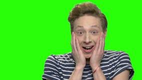 Muchacho adolescente caucásico feliz chocado almacen de metraje de vídeo
