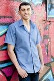 Muchacho adolescente cerca de la pared de la pintada Fotos de archivo
