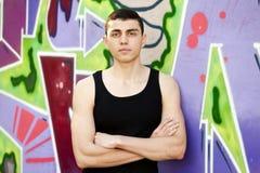 Muchacho adolescente cerca de la pared de la pintada. Imagenes de archivo