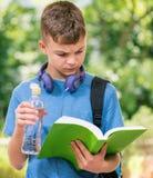 Muchacho adolescente con agua Fotografía de archivo libre de regalías
