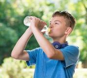 Muchacho adolescente con agua Foto de archivo