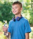 Muchacho adolescente con agua Fotos de archivo libres de regalías