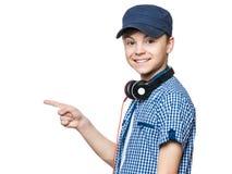Muchacho adolescente con el casquillo y los auriculares Fotos de archivo libres de regalías